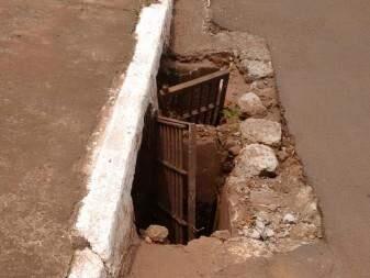 a enxurrada das chuvas do últimos dias, tem piorado o estado do buraco. (Foto:Direto das Ruas)