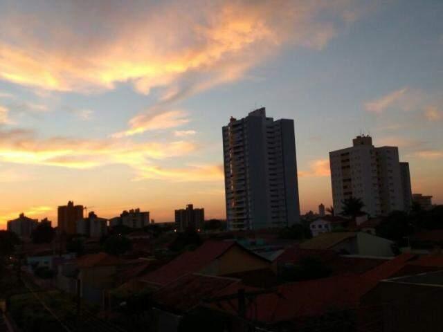 Campo Grande amanhece com poucas nuvens no céu e com mínima de 21ºC.  (Foto: André Bittar)