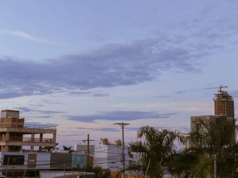 Árvores e prédios na Rua da Paz compõem cenário com céu entre nuvens (Foto: Henrique Kawaminami)