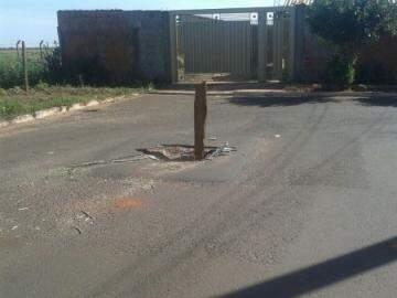 O buraco é a causa de vários acidentes na região. (Foto: Direto das Ruas)