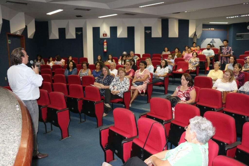 Marco em uma das palestras sobre a doença em Campo Grande. (Foto: Arquivo Pessoal)