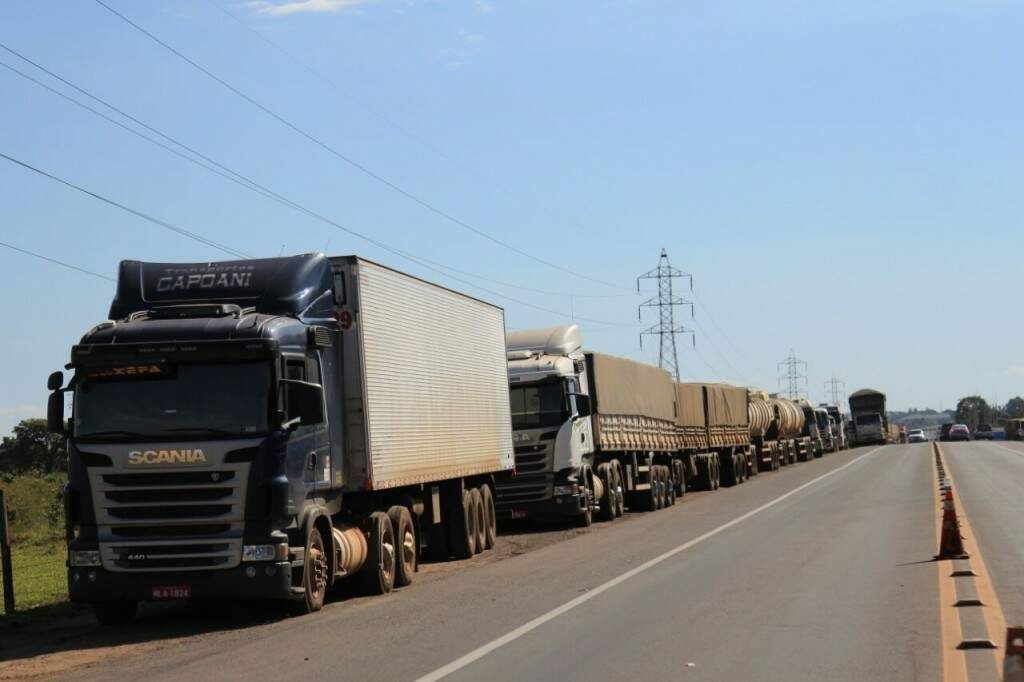 Um dos pontos de interdição; caminhoneiros bloqueiam 58 trechos de rodovias em todo o estado (Foto: Marina Pacheco)