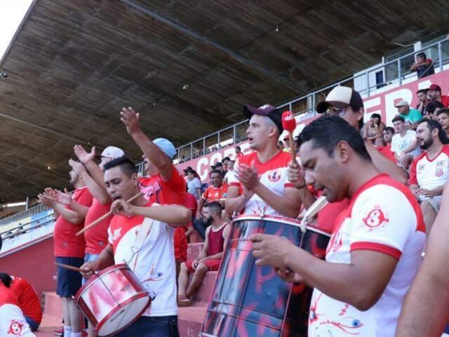 Torcedores do Comercial empurram o time no Morenão (Foto: Henrique Kawaminami)