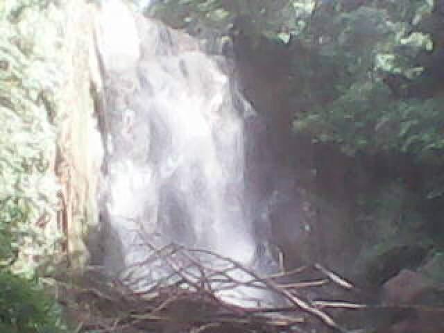 Uma das três cachoeiras do Córrego Ceroula, a 10 km do centro de Campo Grande. (Foto: Silvio Tibúrcio)