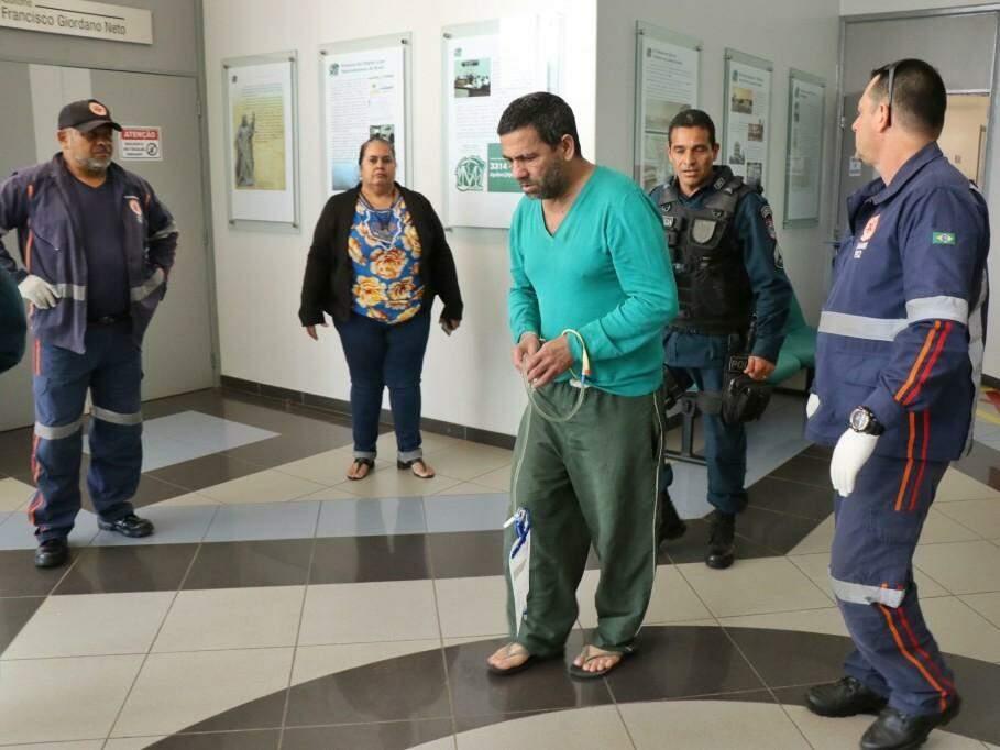 Nando deixando o Fórum; ele usa bolsa de colostomia (Foto: Henrique Kawaminami)