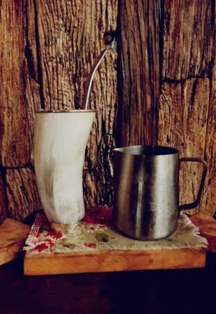 Bebida à base de uísque na guampa de tereré. (Foto: Lourdes Coelho)