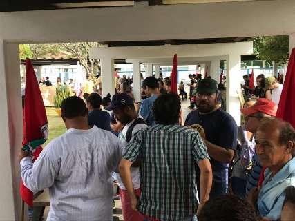 Com apoio de professores, estudantes marcham até UFGD e ocupam reitoria