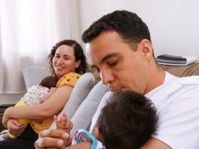 Casal esperava uma menina, quando no sétimo mês de gestação também ganharam um menino.