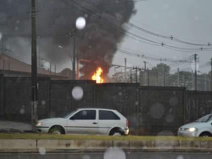 Raio provocou explosão e incêndio em subestação de energia