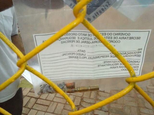Projéteis recolhidos do corpo da vítima. (Foto: Renan Nucci)