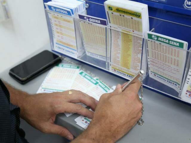 Homem faz aposta na Mega-Sena (Foto: Paulo Francis/Arquivo)