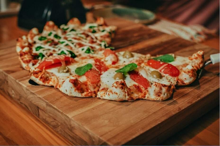 As pizzas de bordas gorduchas são bem recheadas e massa leva especiarias. (Foto: Tui Boaventura)