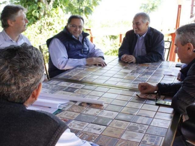 Rodrigues (segundo à esquerda) ouviu de Reinaldo compromisso para acelerar obras de anel viário. (Foto: Divulgação)