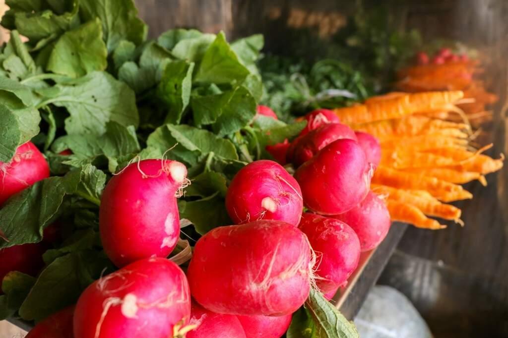 Nabos e cenouras fresquinhas na Quitanda da Jé (Foto: Henrique Kawaminami)