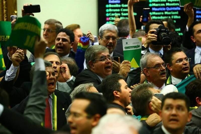 """Marun com a Constituição na mão na Câmara dos Deptuados: """"meu fuzil"""" (Foto: Reprodução / Facebook)"""