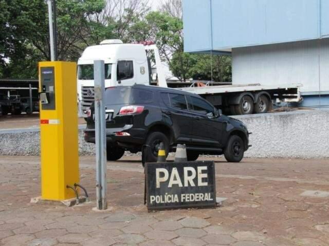 Entrada da garagem da sede da PF em Campo Grande, para onde parte do material apreendido será encaminhado (Foto: Kisie Ainoã/Arquivo)