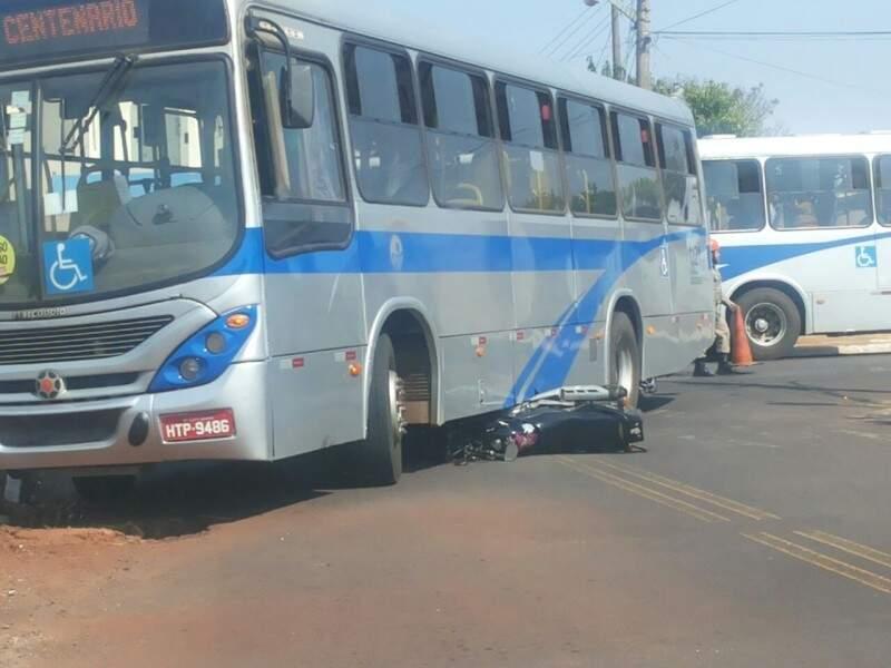 Moto colidiu na lateral do coletivo na Vila Piratininga. (Foto: Repórter News)
