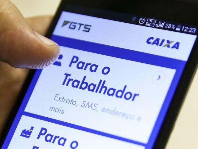 Usuário consultando extrato do FGTS pelo aplicativo do celular. (Foto: Marcelo Camargo/Agência Brasil)