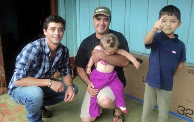 Fael visita crianças que têm deficiência auditiva e faz doação. (Foto: site Ego)