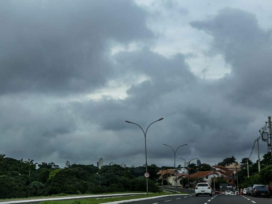 Registro da tarde de segunda em Campo Grande mostra nuvens carregadas. (Foto: Kísie Ainoã).