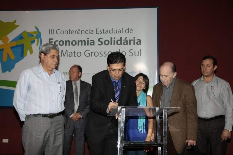 Prefeito assinou protocolo de intensões para implantar nova política de economia solidária (Foto: Cleber Gellio)