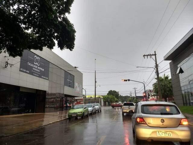 Chove na manhã desta terça-feira em Dourados (Foto: Helio de Freitas)