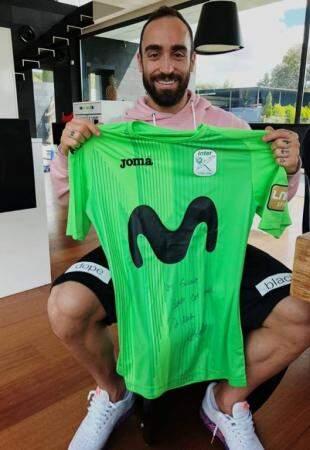 Ricardinho enviou por meio do irmão de Milena a camiseta autografada. (Foto: Acervo Pessoal)
