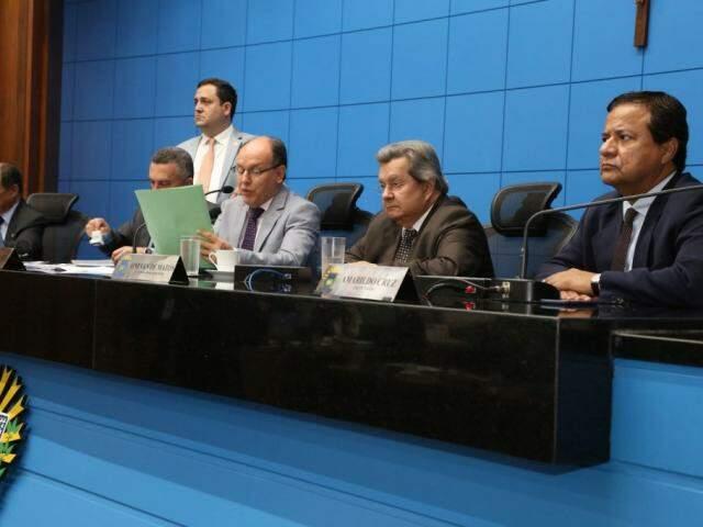 Deputados Junior Mochi (MDB), Onevan de Matos (PSDB) e Amarildo Cruz (PT), na mesa diretora (Foto: Victor Chileno/ALMS)