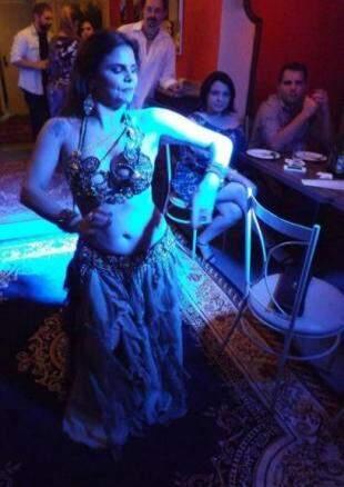 Bailarinas apresentam dança do ventre com véu, espada e bastões. (Foto: Arquivo Pessoal)