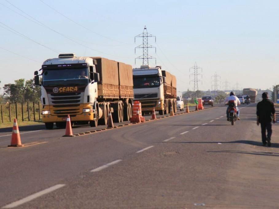 Caminhões de grevistas estacionado no anel viário de Campo Grande (Foto: Marina Pacheco)