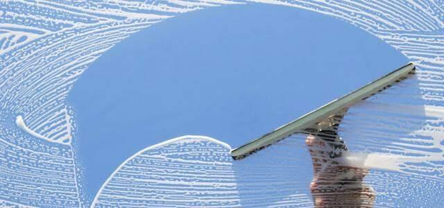 Produtos especiais recuperam transparência de vidros.