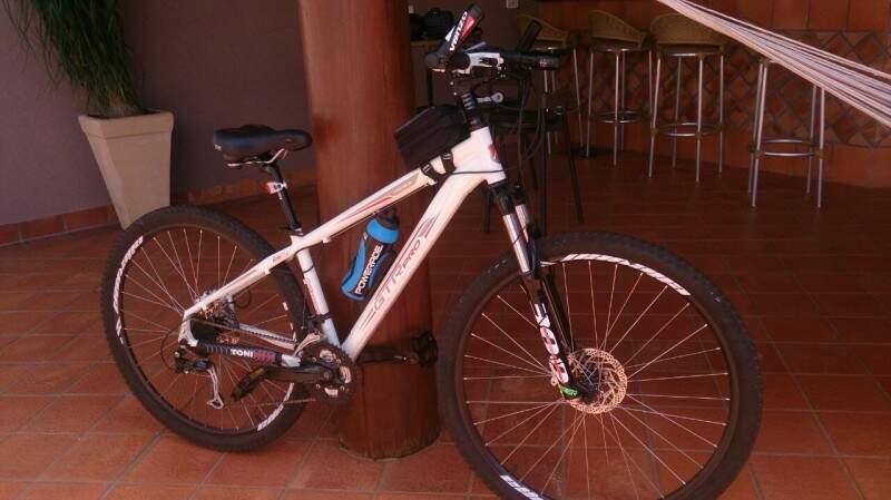 Bicicleta avaliada em R$ 2 mil foi levada pelos ladrões. (Foto: Direto das Ruas)