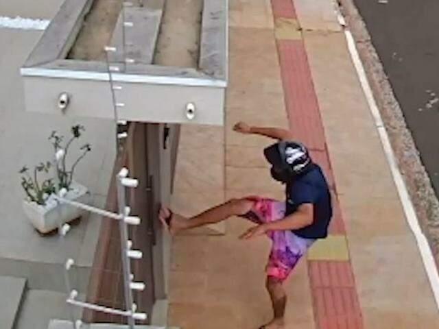 Vídeos de furto e jovem pendurado em caminhão são mais vistos da semana