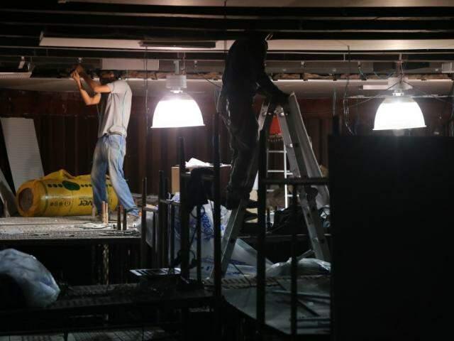 Homens trabalham na parte de cima do plenário. (Foto: Marcos Ermínio).