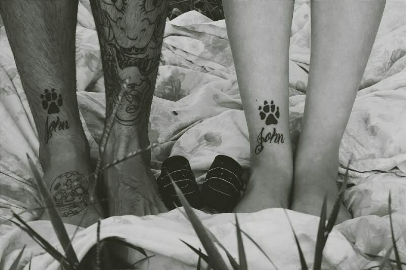 Tatuagem foi feita após casal se despedir do primeiro filho. (Foto: Júlia Lopes Fotografia)