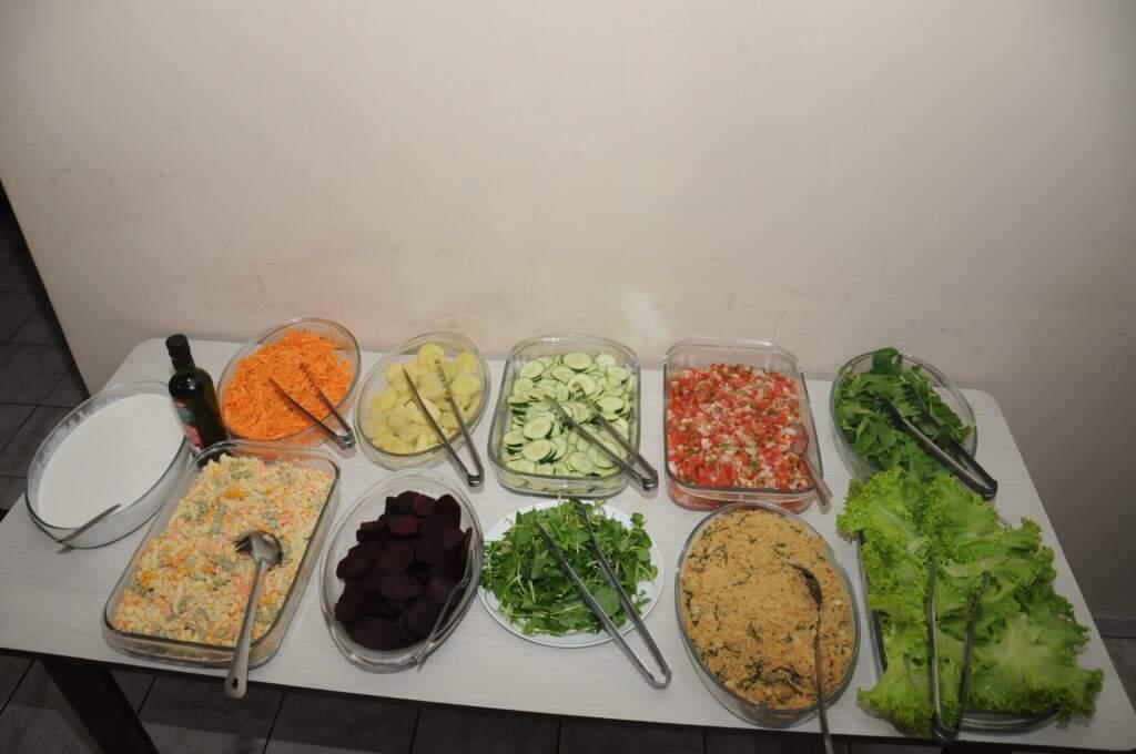 Mesa de saladas servem opções diversas. (Foto: Paulo Francis)