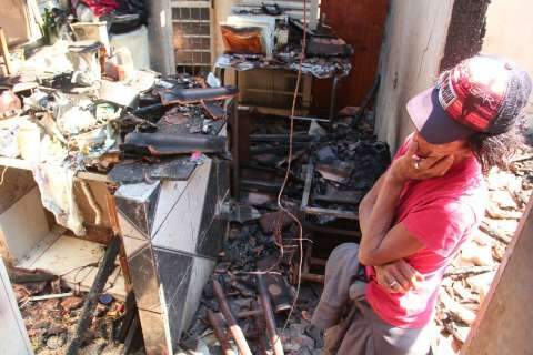 Incêndio destrói casa e moradora pede ajuda para recuperar a vida após fogo