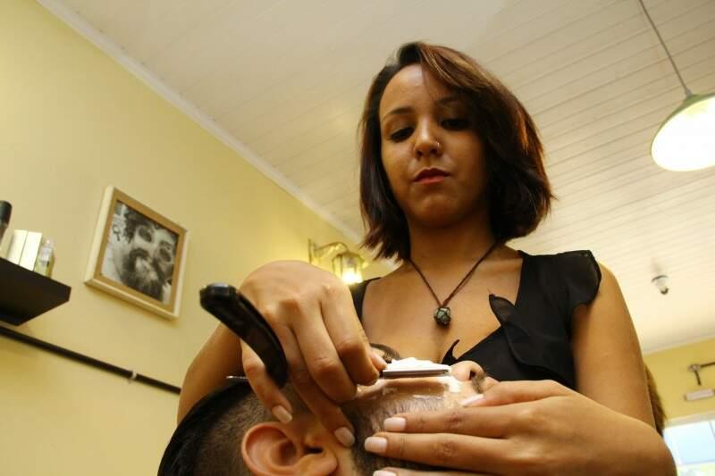 Nathalia só trabalha há um mês e meio na barbearia, mas já conquistou seu espaço (Foto: Marcos Ermínio)