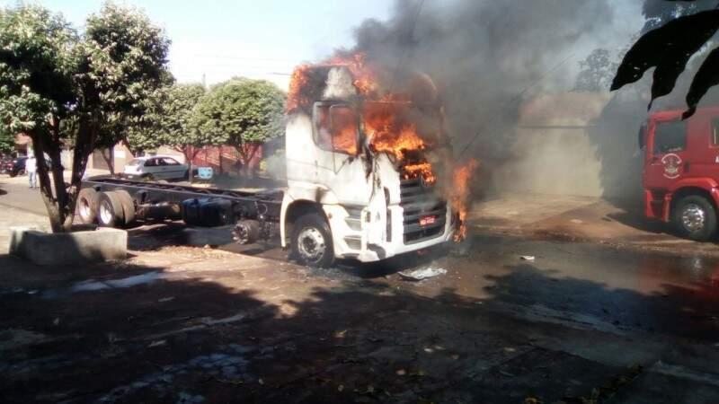 Caminhão ficou totalmente destruído por incêndio (Foto: Renato Azevedo/Jornal O Vigilante MS)