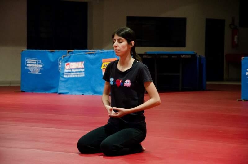 Larissa começou a praticar para combater a ansiedade. (Foto: Vanessa Tamires)