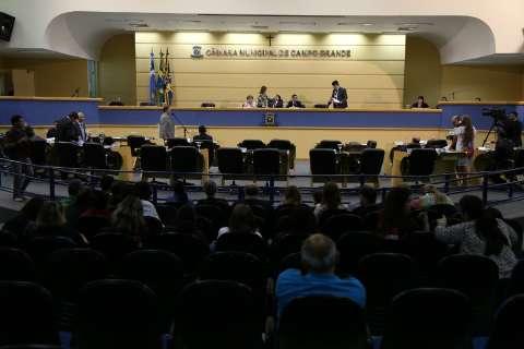 Vereadores suspendem sessão para discutir votação de projetos do executivo