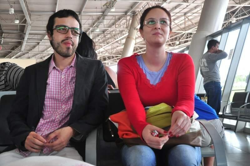 Ralph e a namorada Alessandra, aguardavam ônibus para Rio Verde. (Foto: João Garrigó)