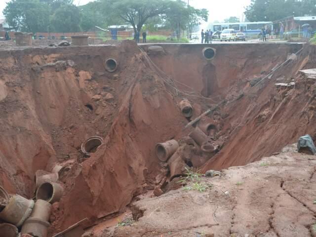Erosão aumentou em 80 metros na noite de ontem. (Foto: Simão Nogueira)