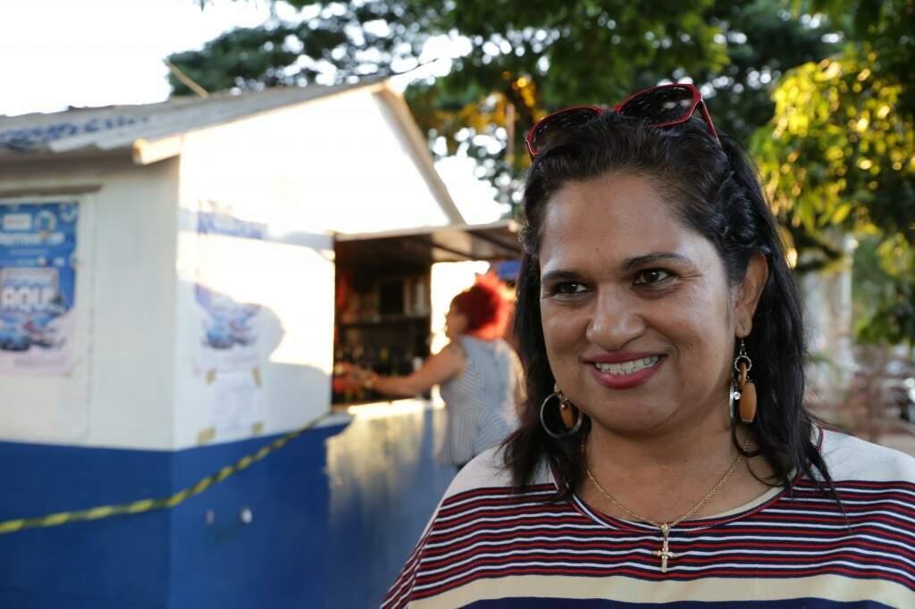 A vendedora Maria Cristina dos Santos, de 52 anos, garante que os anos 80 foi a melhor época da vida.(Foto: Kísie Ainoã)