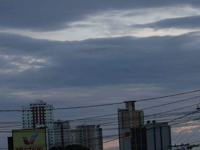 Dia amanhece com céu entre nuvens na Capital e previsão é de chuva isolada no decorrer do dia  (Foto: Saul Schramm)