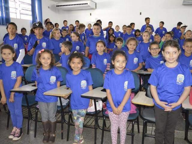Alunos da Escola Jardim Primavera receberam uniforme hoje (Foto: Roney Minella)