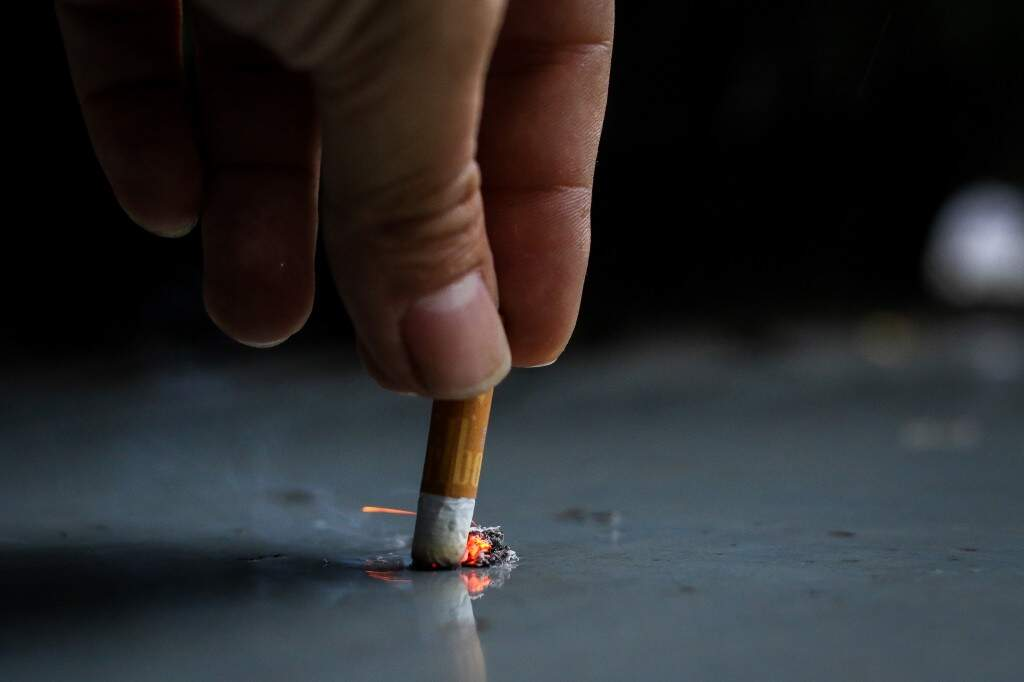 Cigarro sendo apagado: abandonar vício é raro entre os que procuram programa da Sesau. (Foto: André Bittar)