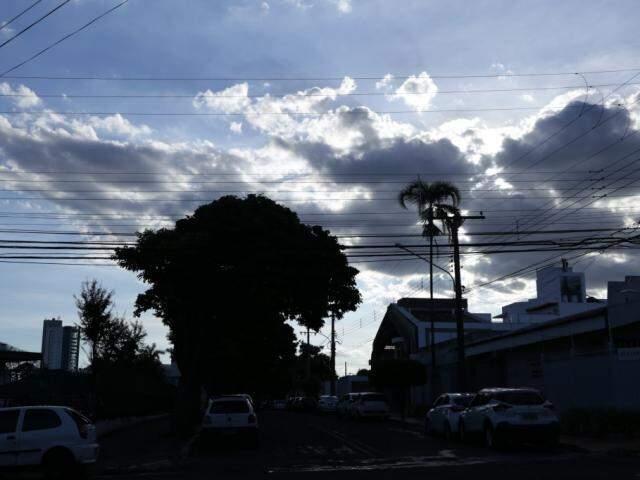 Campo Grande e a região central do Estado deve registrar céu entre aberto e parcialmente nublado na terça-feira, com aumento da nebulosidade até o fim da semana. (Foto: Kisie Ainoã)