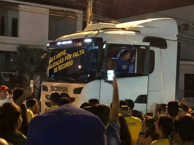 Manifestantes demonstraram apoio aos caminhoneiros durante ação (Foto: Direto das Ruas)