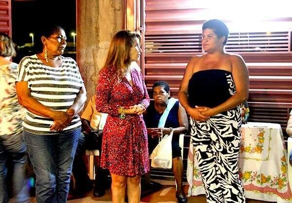 Antonieta durante visita em residência do bairro Oscar Salazar (Foto: Facebook)